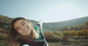 Reistijd, het Aziatische dame gelukkige glimlachen voor de camera en het tonen van al mooie mening 4K stock footage
