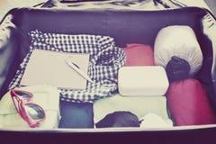 Reistoebehoren in een koffer Gestemde wijnoogst Ondiepe diepte van gebied Stock Foto