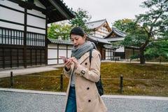 Reistoerist die de tempel in Kyoto bezoeken royalty-vrije stock foto's