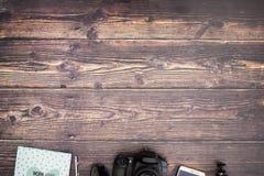Reisuitrusting op de bodem van de houten lijst stock foto's