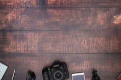Reisuitrusting op de bodem van de houten lijst stock foto