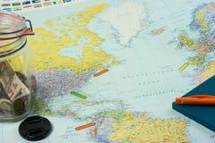 Reisvoorbereidingen: Kaart met verschillende punten en plaats marke stock fotografie