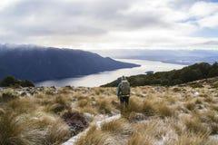 Reisvrouw bij Luxmore-Hut, Kepler-Spoor, Nieuw Zeeland Stock Fotografie