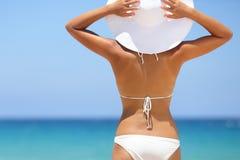 Reisvrouw die op strand van blauwe overzees en hemel genieten Royalty-vrije Stock Fotografie