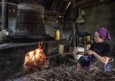 Reisweinproduktion auf eine traditionelle Art innerhalb des Hauses in einem lokalen Dorf, Sapa, Vietnam lizenzfreie stockfotos
