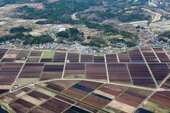 Reiswiesen und -felder nähern sich kleinem Dorf Lizenzfreie Stockbilder
