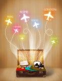 Reiszak met kleren en kleurrijke vliegtuigen die uit vliegen Royalty-vrije Stock Afbeeldingen