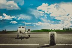 Reiszakken in luchthaven en lijnvliegtuig Concept Stock Foto