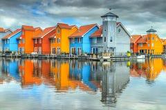 Reitdiephaven gata med traditionella färgrika hus på vatten, Groningen, Nederländerna arkivfoto