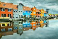 Reitdiephaven gata med traditionella färgrika hus på vatten, Groningen, Nederländerna arkivfoton