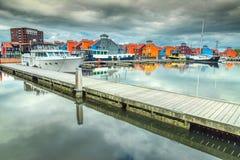 Reitdiephavenstraat met traditionele kleurrijke huizen op water, Groningen, Nederland Stock Fotografie