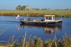 Reitdiepveeren med passagerare som seglar över Reitdiepen i Groningen Royaltyfri Bild