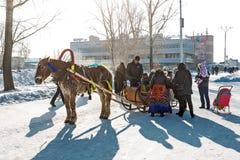 Reiten auf dem Fest des Karnevals Berdsk, Sibirien, Russ Lizenzfreie Stockfotografie