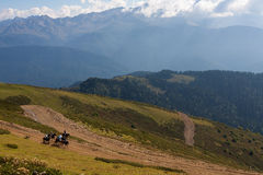 Reiten in den kaukasischen Bergen Stockfoto