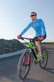 Reiten des mountainbike lizenzfreie stockfotos