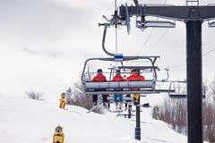 Reiten des Sesselliftes an einem Skihang lizenzfreie stockbilder