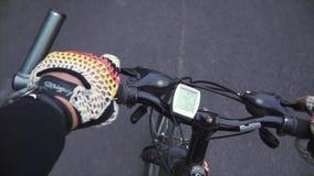 Reiten einer Mountainbike durch die Gasse der Stadt Mann in der Sportkleidung, gesunder Lebensstil Erste Person View stock video