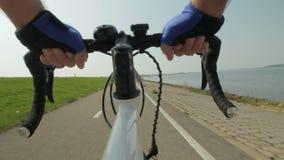 Reiten eines Fahrrades stock video