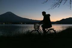 Reiten eines Fahrrades beim Fujisan Stockbild