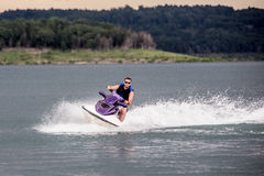 Reiten eines Jet-Skis Stockbild