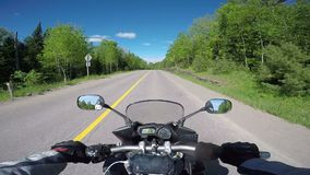 Reiten eines Motorrades auf eine Landstraße stock video