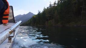 Reiten eines Schnellboots auf den Gebirgsfluss mit dichtem Wald auf der Ufer-Ansicht von der Boots-Seite stock video