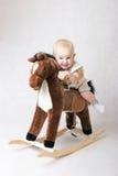 Reiten eines Spielzeugpferds Stockfoto