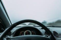 Reiten hinter das Rad eines Autos im Winter Lizenzfreies Stockfoto
