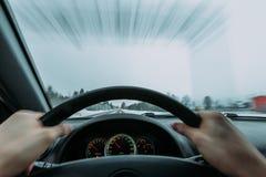 Reiten hinter das Rad eines Autos im Winter Stockbild