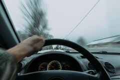 Reiten hinter das Rad eines Autos im Winter Stockfoto