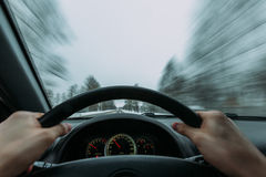Reiten hinter das Rad eines Autos im Winter Lizenzfreie Stockfotos