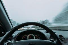 Reiten hinter das Rad eines Autos im Winter Stockfotos