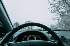 Reiten hinter das Rad eines Autos im Winter Stockbilder