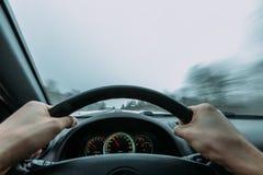 Reiten hinter das Rad eines Autos im Winter Lizenzfreies Stockbild
