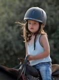 Reitenes kleines Mädchen Stockfoto