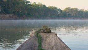 Reitenkanu entlang Misty Morning River bei Safari Tour in Nationalpark Chitwan in Nepal stock video