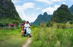 Reitenmotorrad der Paare um Reisfelder von Yangshuo, China lizenzfreie stockfotos