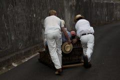 Reitenschlitten der Leute in Madeira stockfoto