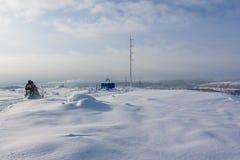 Reiter auf dem Schneemobil fahrung im Gebirgsskiort in Amut Russland stockfoto