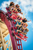 Reiter genießen die Riss-Fahrt-Rockit-Achterbahn Stockbilder