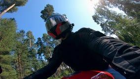 Reiter im Sturzhelm, der auf ein Motorrad fährt stock video