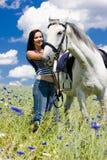 Reiter mit einem Pferd stockbild
