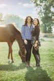 Reiter mit zwei Frauen auf Ranch mit Pferd lizenzfreies stockfoto