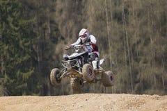 Reiter springt auf Viererkabelmotorrad Stockfoto