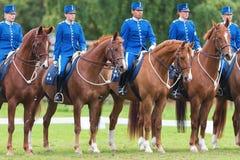 Reiter vom angebrachten Schutz, der auf einer Reihe steht Stockbilder