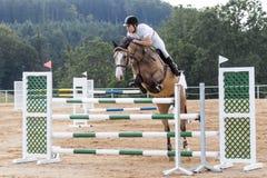 Reiter während des Stechens auf einem hellbraunen Pferd Stockfoto