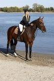 Reiterin zu Pferd, die Pferd streichelt Lizenzfreie Stockfotos