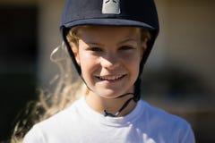 Reitermädchen, das in der Ranch lächelt stockfoto