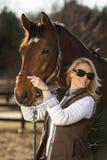 Reitermodell und Pferde Stockfoto