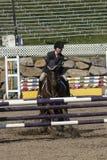 Reitershow - Pferdehalt an der Hürde Lizenzfreies Stockfoto